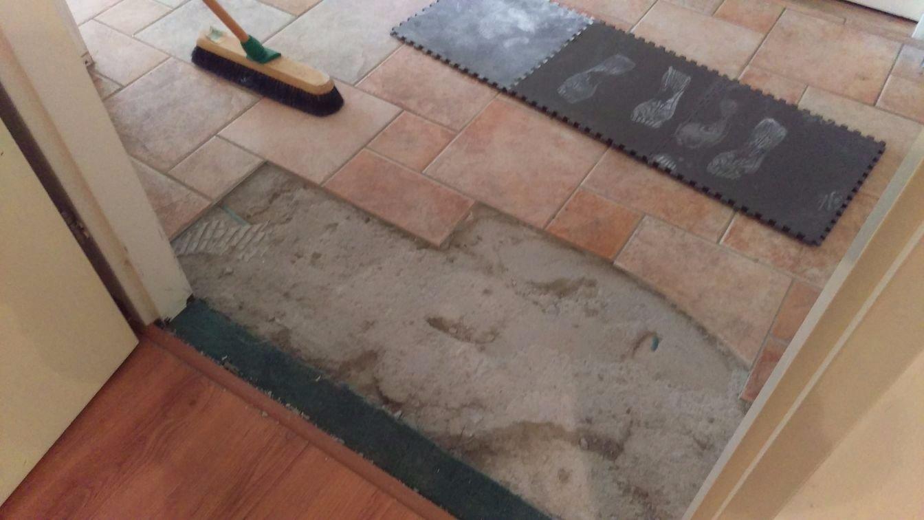 Vloertegels verwijderen uit de badkamer of woonkamer wat kost dit